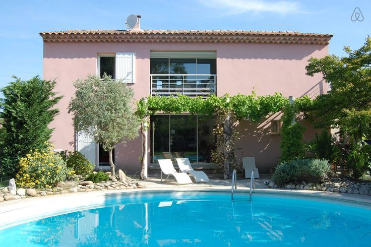 """Hus i Robion, Frankrig. Spacious, light-filled contemporary villa on a landscaped terrain  with a circular swimming pool, in Robion. Close to l'Isle sur la Sorgue, the """"Provencal Venice"""" for its charming downtown canals and the most beautiful villages of the Lubéron regi..."""