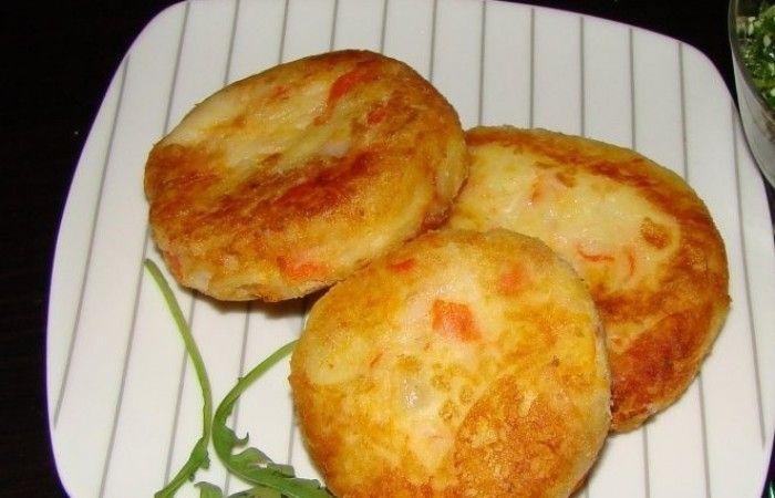 Картофельные котлеты с крабовыми палочками http://mirpovara.ru/recept/2634-kartofelnye-kotlety-s-krabovymi-palochkami.html  Вкуснейшие картофельные котлеты с крабовыми палочками, представленные в данном рецепте, легкое блюдо...  Ингредиенты:  • Картофель отварной - 300г. • Крабовые палочки - 120г. • Сыр твердый - 100г. • Яйцо - 1шт. • Морковь - 1шт. • Мука - по вкусу • Соль - по вкусу • Перец черный молотый - по вкусу • Масло растительное - для жарки  Смотреть пошаговый рецепт с фото, на…