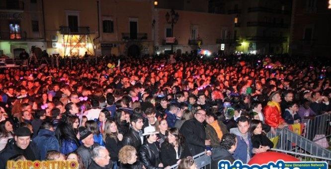 Musica, balli, colori, luci ed effetti speciali ai gruppi mascherati, che chiuderanno la sfilata proprio ai piedi del palco, e ai tanti spettatori, ospiti e locali, che seguiranno in massa l'ultima notte di baldoria delle manifestazioni carnascialesche.