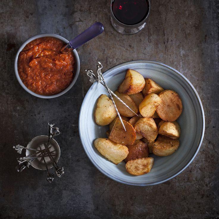 Patatas bravas en het recept voor twee bijbehorende pittige sauzen. Eentje bereid met tomaat en eentje op de Madrileense manier zonder tomaat.