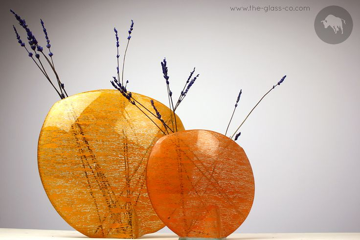 Oval vases in shades of orange for a lively decoration! Designed by Glass Studio.