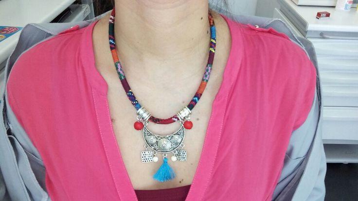 Mais um colar curto com pendente e fio étnico.