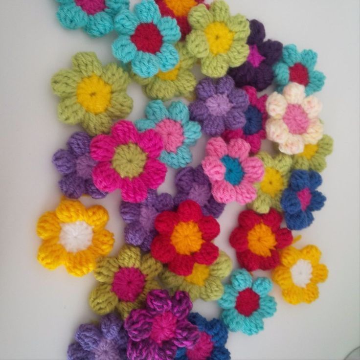 10 CROCHET FLOWERS , IN RAINBOW COLOURS... STUNNING....