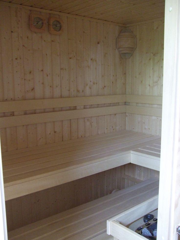 Binnenwerk van Finse sauna deels uitgevoerd in Abachi