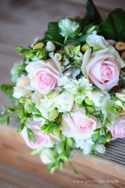Brautstrauss mit rosefarbenen Rosen und verschiedenen Blumen in grün und creme