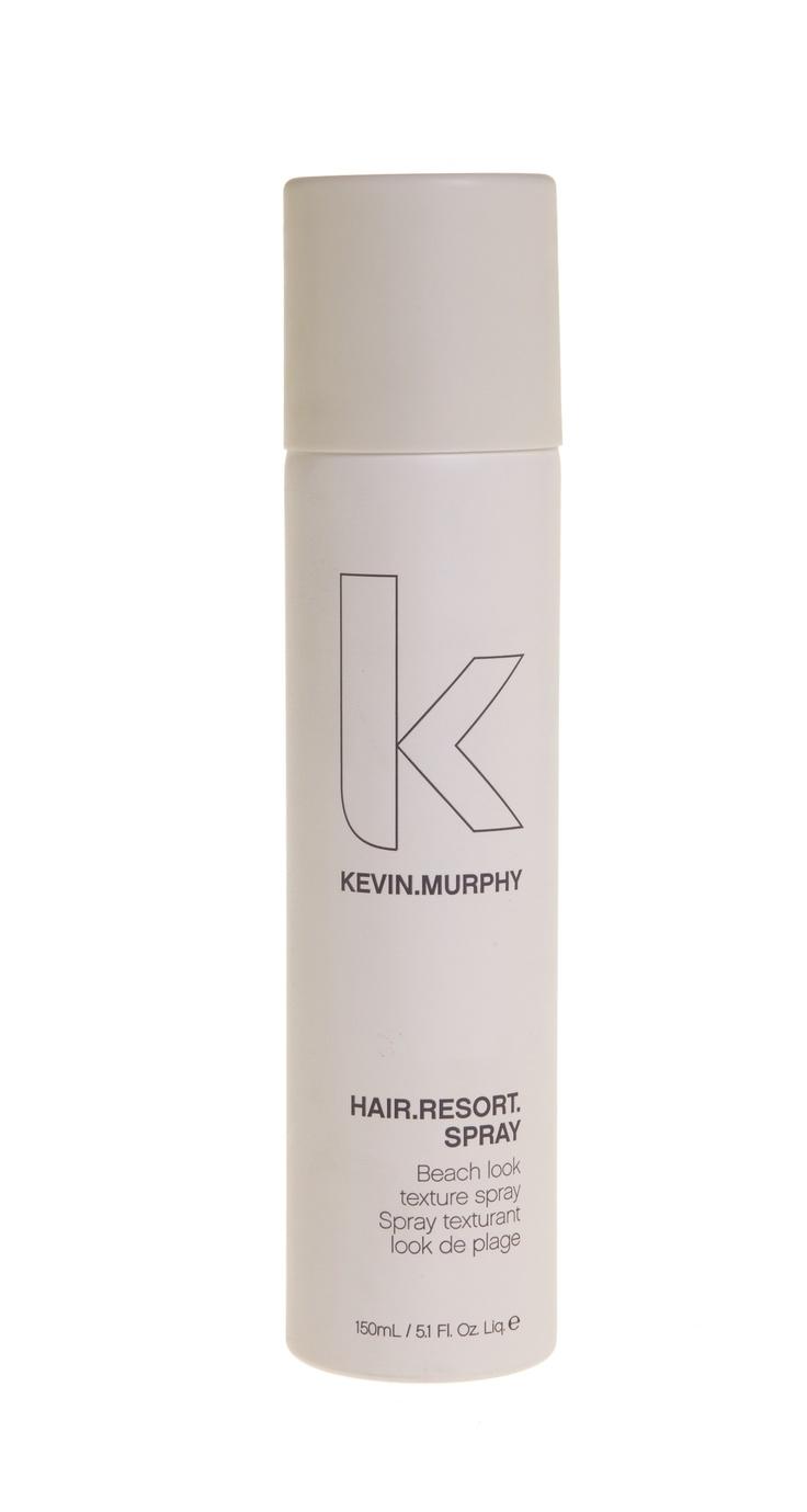 Kevin Murphy - Spray Hair.Resort  Optez pour une coiffure «journée à la plage» avec ce vaporisateur volumisant parfumé. Les senteurs de miel, d'agrume  et de mandarine rendent ce vaporisateur indispensable aux sexy, turbulentes surfeuses et aux turbulents, sexy surfeurs.