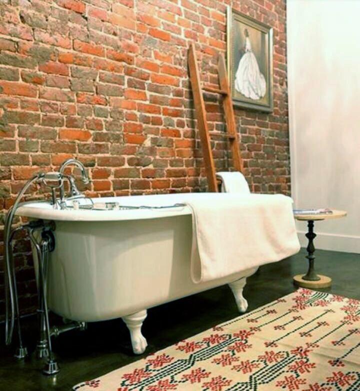 A rifinire una vasca Devon & Devon un pannello classico in EPS decorato sul posto