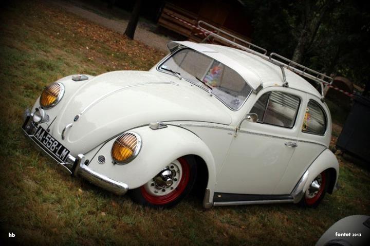 white vw beetle slammed, red wheels, roof rack Das