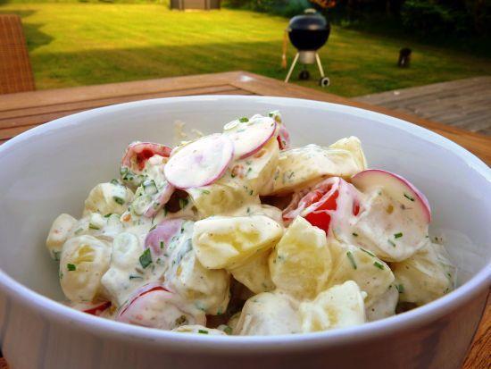 Vi danskere elsker kartofler i alle afskygninger og kold kartoffelsalat er ingen undtagelse. Denne misforståede og mishandlede ret er vel et lige så fast indslag til de danske grillmiddage, som kartoflerne i de færdigkøbte salater fra Flensted, K-salat, Gråsten m. fl. er slatne. Men kartoffelsalat behøver ikke være lig med E-numre og dårlig smag! Prøv…