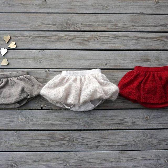 🎈🎈🎈 3 på stribe 🎈🎈🎈 Vores PETITE BALLOON BLOOMERS i et enkelt design i sandfarvet, en fluffy cremefarvet og en rød i hulmønster. Alle modellerne er samlet i samme opskrift 💞  #knittingpattern #balloon #bloomers #christmasred #fluffyyarn #balloonskirt #❤ #weloveknitting  #3påstribe #ballon #babybloomers #strikk #jentestrikk #strikkeglede #petiteballoonbloomers from #petitesomething