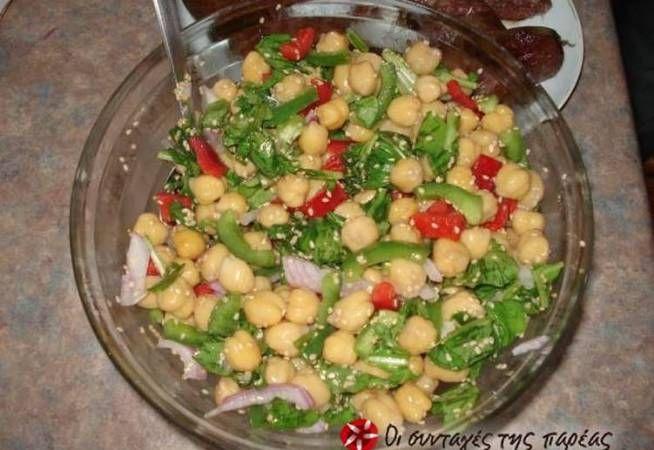 Ρεβιθοσαλάτα με πιπεριές Φλωρίνης, τόνο και φέτα