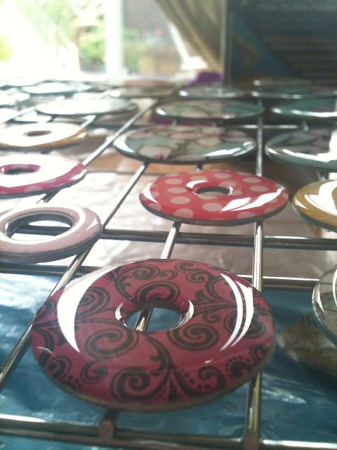 Mod Podge Washer Necklaces with Enviro Tex What is Diamond Glaze? http://coconutxoxo.blogspot.com/2012/12/mod-podge-washer-necklaces-with-enviro.html