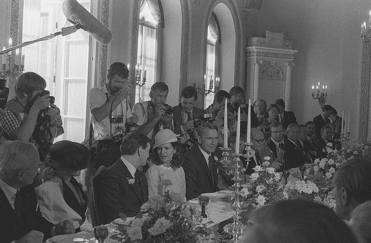 Sweden's King Carl XVI Gustaf and Queen Silvia visit to Finland. Ruotsin kuningas Kaarle XVI Kustaa ja kuningatar Silvia vierailulla Suomessa. Isännät ja vieraat lounaalla Presidentinlinnassa, valokuvaajat tungeksivat pöydän ympärillä. Kuva on vuodelta 1983. Kalle Kultala / Yle