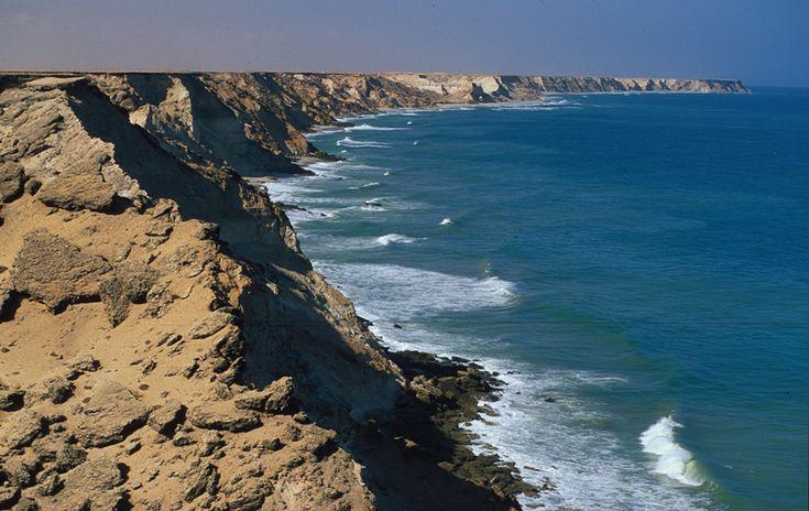 Марокко. Страна, поездки в которую предлагает любое турагентство, может повернуться совсем другой стороной, если забыть про шаблоны и не пойти на базар в Марракеше и пляжи Средиземья. Вместо этого можно отправиться в горы Атлас, останавливаясь на ночлег возле живописных водопадов или в берберских деревнях, побывать в сердце Сахары и полюбоваться закатом огромного солнца со спины верблюда. Читать на Trendymen: http://trendymen.ru/places/voyages/119777/