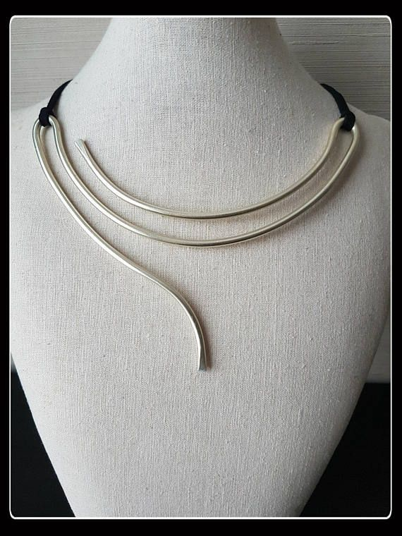 Necklace made of Pearl color aluminum wire (no glitter), shaped and chiseled by hand. The minimal shape and warm color Pearl of this necklace makes an imprint Maverick. Strong and elegant, will enhance your outfit. Elegant or sporty, modern or sophisticated. For sure impact, will not go unnoticed! I love it! Length adjustable by means of a lanyard to be connected at the back like a bikini. On request with carabiner (see example in picture)