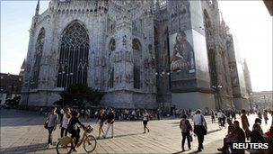 Milan also restricts the use of cars to help reduce pollution http://ow.ly/uEqGw