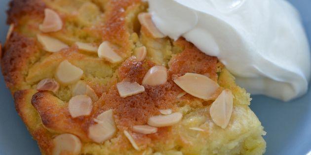 Her er æblekagen serveret med let pisket flødeskum.