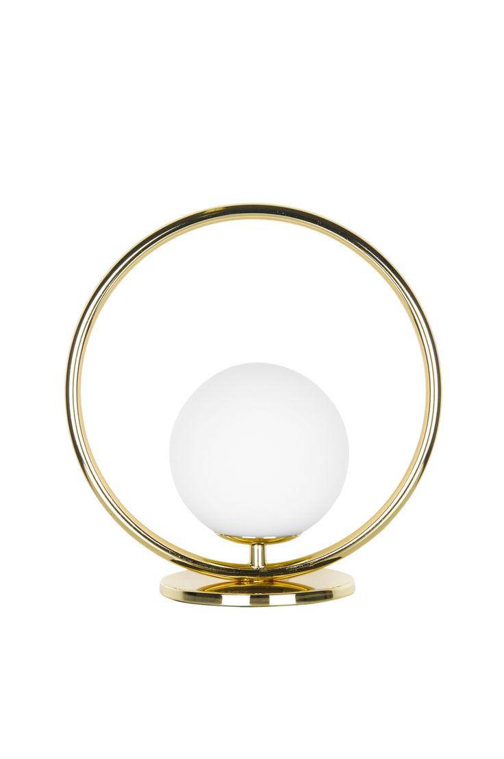 """Bord/vägglampa """"Saint Mini"""" hade enkelhet som inspiration. Ringen i mässing med det svävande vita glasklotet inuti. Gedigna och bearbetade detaljer rakt igenom. Fungerar både som bordslampa och kan även hängas på vägg. Transparent kabel med brytare. Höjd 26 cm. Bredd 25 cm. Djup 12 cm.  Lamphållare G9. Max 18W. Ljuskälla ingår inte. Design: Patrick Hall."""