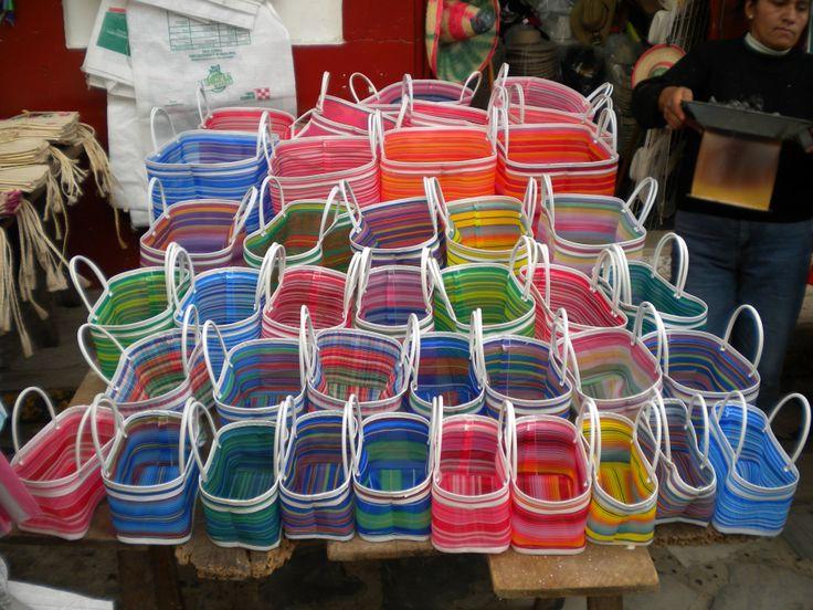 Bolsas de mercado en colorida sinfonía, en Cuetzalan, México