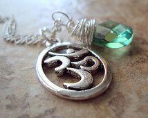 OM collier douce larme verte émeraude goutte Yoga paisible breloque, pendentif argent vert cristal Zen Ohm bouddhiste hindou bijoux faits à la main sur Etsy