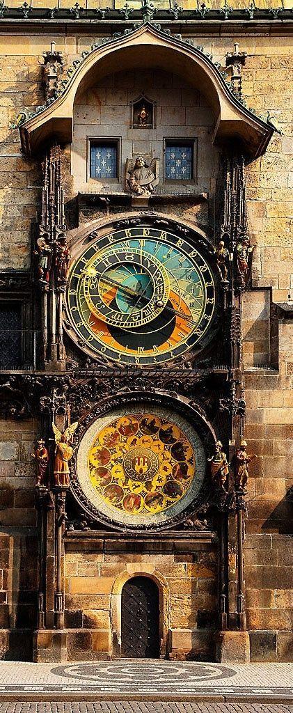 """Reloj Astronómico de Praga Los tres principales componentes del reloj son: El cuadrante astronómico, que además de indicar las 24 horas de día, representa las posiciones del sol y de la luna en el cielo, además de otros detalles astronómicos. Las figuras animadas que incluyen """"El paseo de los Apóstoles"""", un mecanismo de relojería que muestra, cuando el reloj da las horas, las figuras de los doce Apóstoles. El calendario circular con medallones que representan los meses del año."""