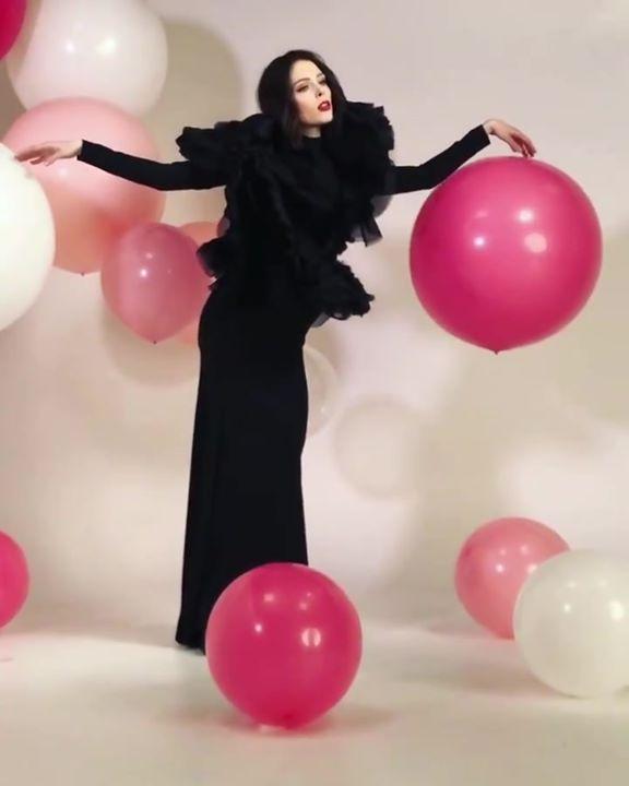 khởi đầu tuần mới với nữ hoàng tạo dáng Coco Rocha nhé mem Modeling with  balloons 101🎈shooting #ChristianSiriano's 10th anniversary celebration wit…