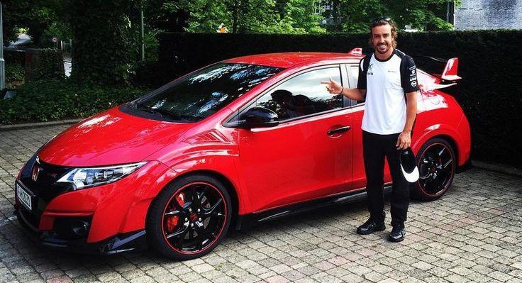 Así de contento se muestra Fernando Alonso con su nuevo Honda Civic Type R - http://www.actualidadmotor.com/fernando-alonso-honda-civic-type-r/