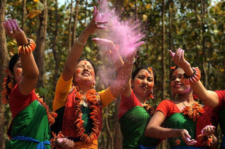 """Artistas jogam pó colorido durante as comemorações do """"Lathmar Holi"""". Esta celebração anuncia o início da primavera e é comemorada em todo o país. Índia, 16 de março de 2011."""