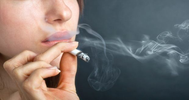 Pour tous les fumeurs: Ces 6 aliments étonnants vont éliminer la nicotine de votre corps. Fumer est dangereux pour la santé. Nous en sommes tous conscients, mais pour certains, il est très difficile de se défaire de cette vilaine habitude. La nicotine provoque une augmentation rapide de la pression artérielle et de graves dommages aux poumons. De plus, même si vous arrêtez de fumer, les effets de la nicotine vont durer pendant …