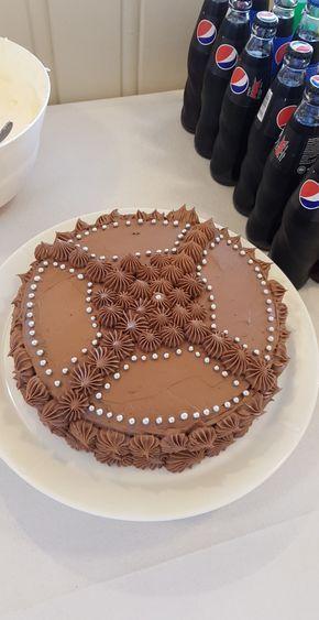 Denne kaken er veldig saftig og god. Kombinert med den fantastiske sjokoladesmørkremen jeg lager, harmonerer de veldig godt med hverandre og jeg får så mye skryt av den kaka, at hadde nissen smakt den, hadde han spist 1 kake hver dag!