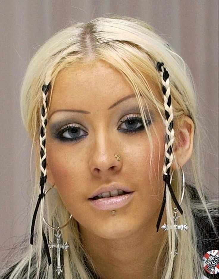 Women of the world, don't ever do these things! Bleach Blonde, Blonde Hair, Christina Aguilera 2000, Christina Aguilera Black Hair, Hair Inspo, Hair Inspiration, 2000s Makeup, 00s Mode, Peinados Pin Up
