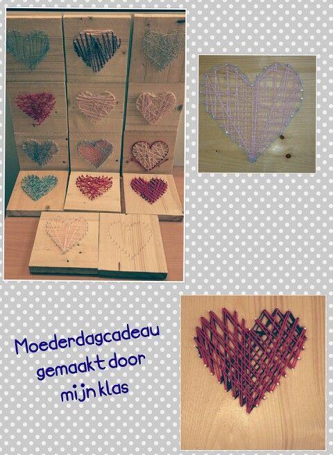 Moederdagcadeau gemaakt door mijn klas. Steigerhouten plankje, hartvorm met spijkers, gekleurd draad