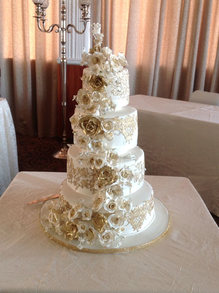 All that glitters is gold! Gold is the perfect colour for a winter wedding cake. www.exclusivecakes.net