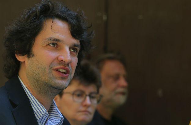 NAKON što je Jokić završio sa svojim govorom, dogodilo se nešto veoma neuobičajeno za hrvatski javni prostor - aplauz novinara.