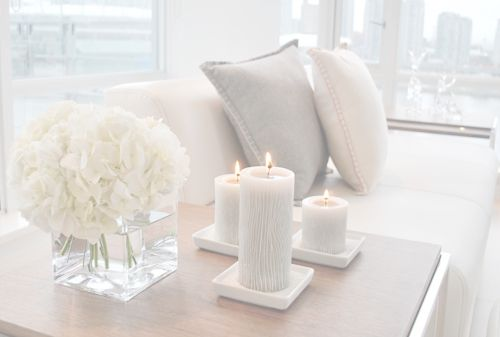 MAISONS BLANCHES: Side Tables, Living Rooms, Idea, Clean, Colors, Candles, End Tables, Fresh Flowers, Tables Decor