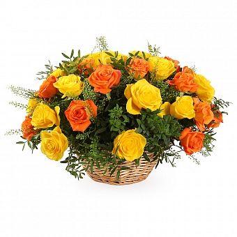 Букет в корзине 21 роза. Композиция Корзина из желтых и оранжевых роз в зелени 50 см. (Эквадор)