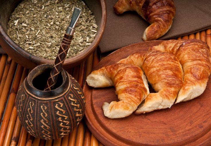 Mate y medialunas. Un clásico desayuno argentino. #argentina.. sería de probarlo algún momento...