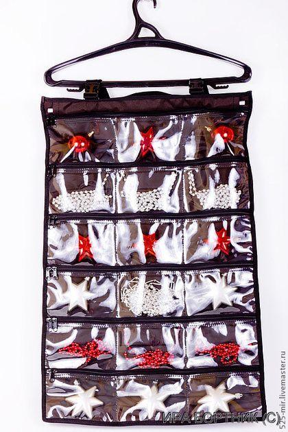 Органайзер для заколок удобно повесить на вешалку в шкаф