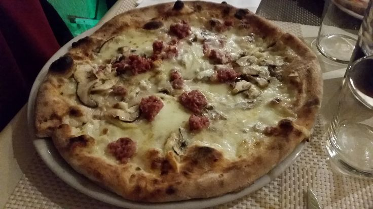 Pizza salsiccia e caciocavallo podolico #pizza #pizzaporn #afuocolento #foodporn #matera