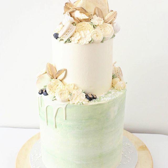 Beautiful vanilla and chocolate cake wrapped in delicious matcha buttercream 🍵😍 #matchacake #matchaicing #matchagreentea #matchaholic #ultimatematcha (Cr. 📷 @asweetale )