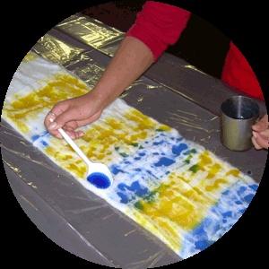 Как покрасить шерстяное полотно для валяния (префельт)клеенка (хорошо подойдёт разрезанный вдоль пакет) префельт краски для шерсти ёмкость для замачивания ёмкость для подготовки краски и ложка для смешивания (подойдёт старая кружка, которую вы уже не используете для еды и обыкновенная пластмассовая ложка) пищевая плёнка (та, которой обёртывают продукты в магазинах) плита и кастрюля