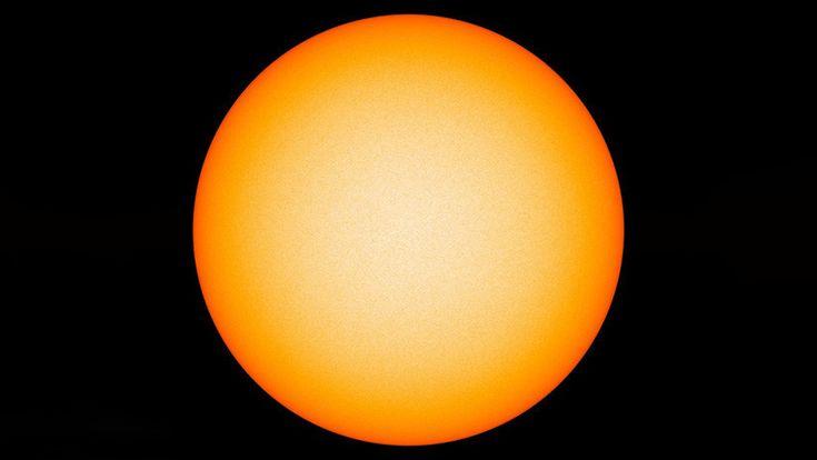 """En estos momentos el Sol """"está muy cerca exteriormente de ser ese objeto ideal, sin ningún 'defecto'"""", tal y como se lo concebía antes del siglo XVII."""