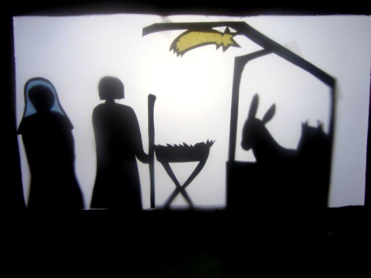 Bastelanleitung für DIY Weihnachtsgeschichte als Schattentheater am 10. Dezember im Adventkalender von Babyspeck & Brokkoli auf babyspeck.at. Bild von Maria, Josef, der Krippe im Stall mit dem Esel.