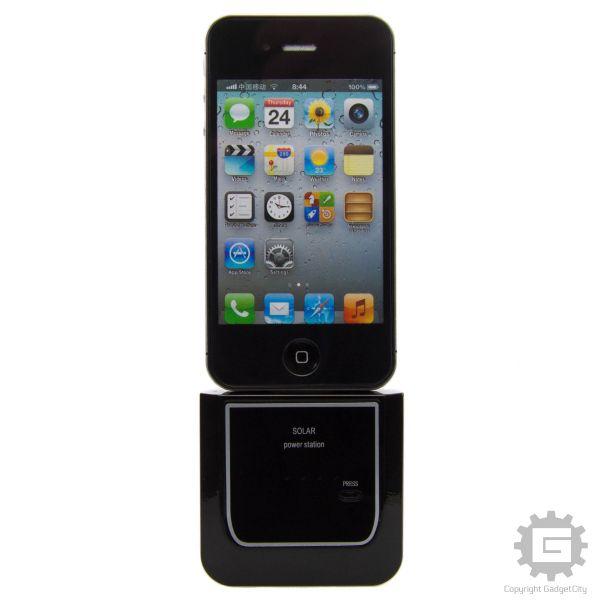 iPhone og iPod Sol-celle Batteri. Dette lille sol-celle panel og batteri oplader du via solens stråler. Tag det med i tasken, og du har ekstra liv til din iPhone 4 / 4S. Du kan også tage det med på telturen eller charterferien. Tænk ikke mere på stikkontakter og transformere! Miljøvenligt og nemt. Batteriet har en styrke på 1100mAh. Dette iPhone tilbehør og iPod tilbehør passer til iPhone 3G / 3GS, 4 og 4S, iPad 1, 2, 3 og iPod.