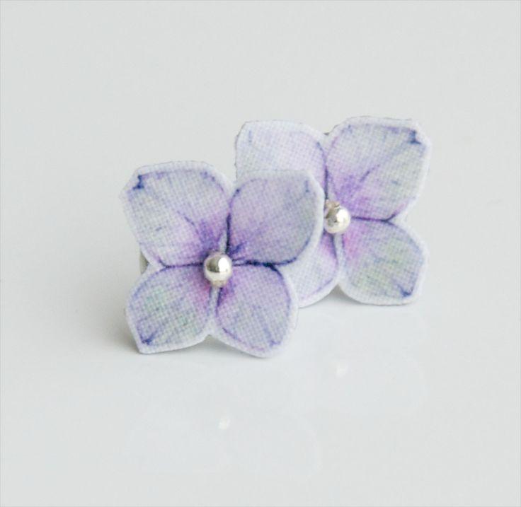 Hortenzie+do+oušek+náušničky+tvoří+bavlněný+kvítek+hortenzie,+kovovýkorálek+a+komponent+z+nerezové+oceli+květ+je+tužený+a+lakovaný,+odolný+běžným+výkyvům+počasí+na+spaní+a+do+sprchy+je+vhodné+naušničky+sundávat+velikost+květu+je+cca+1,2x1,2cm