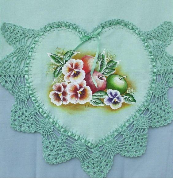Pano de prato com bico de crochet e pintura em tecido