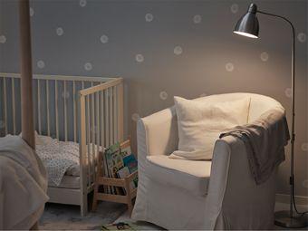 Candeeiro de pé ajustável e poltrona confortável junto ao berço do bebé, prático para ler histórias para adormecer