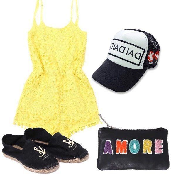 Tutina in pizzo gialla con bretelle sottili e piccole nappine, espadrillas nere con logo, astuccio in pelle nera con lettere colorate, simpatico cappellino con visiera.