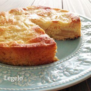 簡単♪ 洋梨 と ココナッツのケーキ by Legeloさん | レシピブログ - 料理ブログのレシピ満載! ケーキに洋ナシの果汁が染み込んでしっとり。洋ナシの甘くて気品のある香りとココナッツのザクザク食感がいい感じ。  安価な材料で節約♪でも食べ応えのある美味しいケーキです。