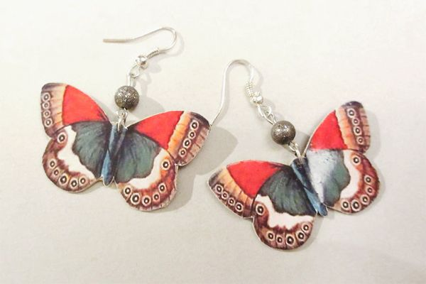 Earrings made of leather, pictures of butterflies and pearls. http://www.minka.fi/nahkakorvakorut311m-p-3951.html